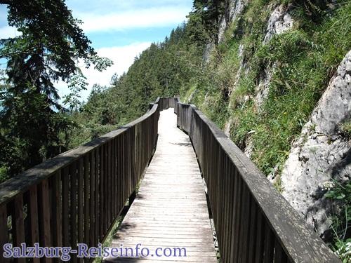 Holzbrücke über Felsen