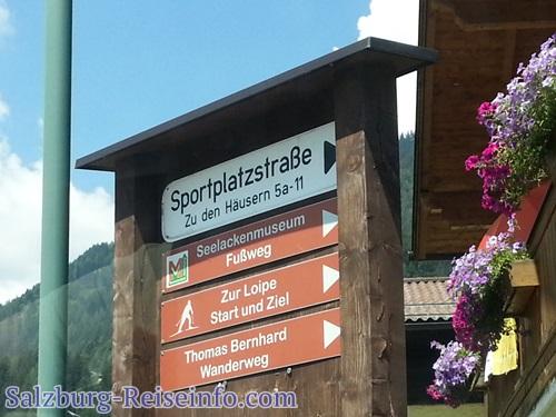 Schilder entlang des Rundwanderwegs Thomas Bernhard Literatur und Wanderung