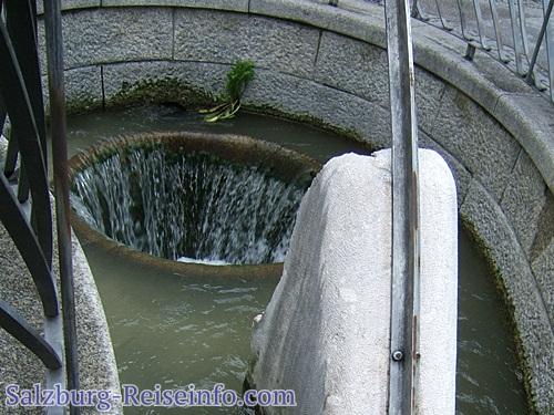 Moderner Brunnen Universitätsplatz