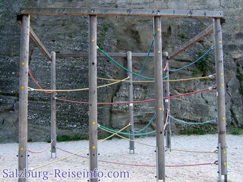 Gleichgewichtstraining im Fittnessparcours des Kletterparks