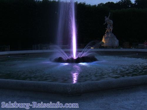 Große Fontäne beleuchtet in der Nacht