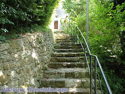 Stufen zum Dorfplatz
