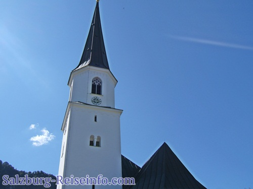 Kirchturm Grödig vorm Untersberg