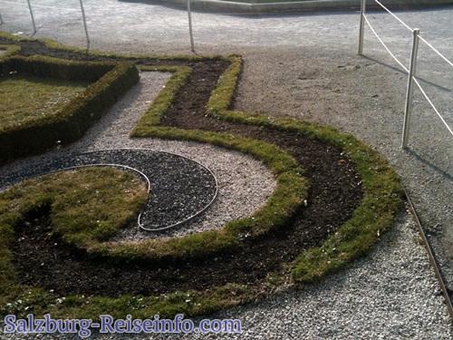 Herrliche Parkanlagen mit sorgsam gezogenen Blumenbeeten in floraler Form