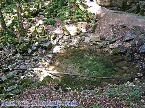 Klares Wasser rundum Steine und Findlinge