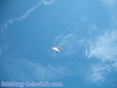 Paraglider am blauen Himmel
