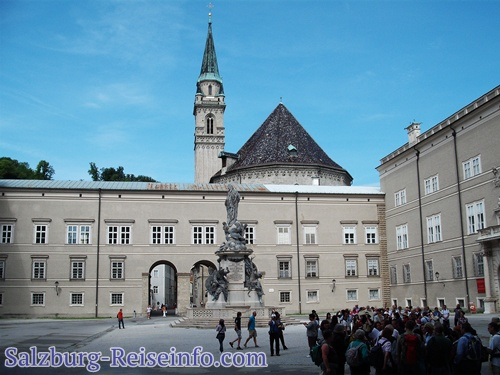 Salzburger Domplatz im Frühling