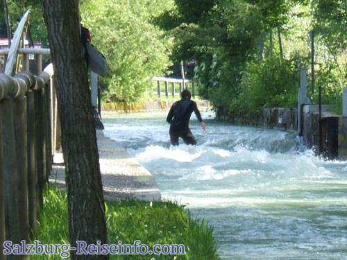 Surfen am Fluß Salzburg
