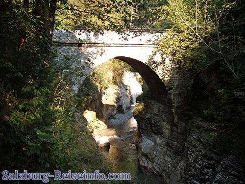 Römerbrück und Wasserfall in der Tauglschlucht