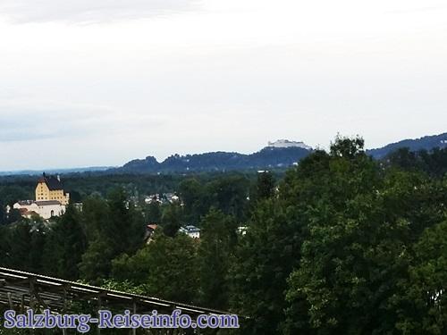 Schöne Aussicht in Elsbethen auf Schloss Goldenstein und die Burg von Salzburg